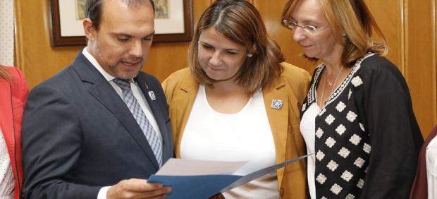 Bellido recibe la propuesta para que la cerámica de Talavera y Puente del Arzobispo sean Bien Inmaterial
