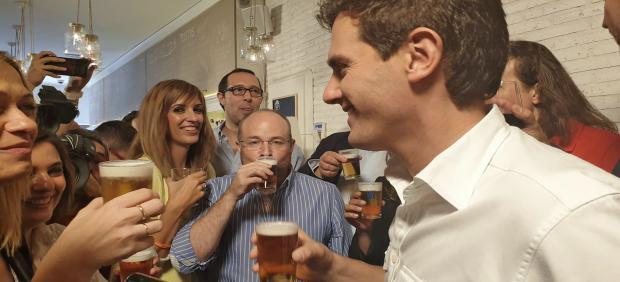 El  presidente de Ciudadanos, Albert Rivera (3i) se toma una caña junto al secretario de Organización de Castilla La-Mancha por Ciudadanos, Alejandro Ruiz (2i), entre otras autoridades, en el encuentro  'Vamos de cañas con Albert Rivera' en el bar `La Fav