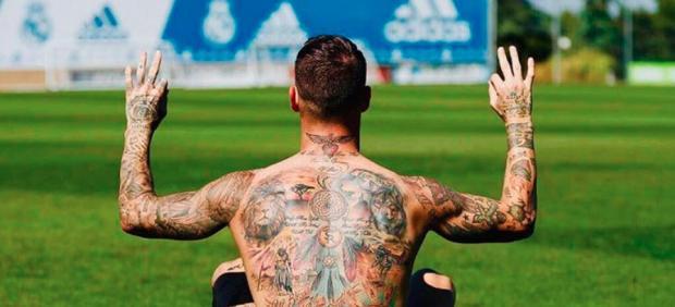 Sergio Ramos luce tatuajes en su espalda