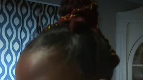 Una niña de 8 años expulsada por tener el pelo rojo