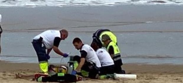 Servicios de Emergencia atienden al fallecido en la playa del Sardinero