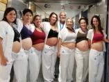 Félix Castillo, jefe del servicio de Neonatología de la Vall d'Hebron, junto a las enfermeras y auxiliares de la unidad embarazadas.