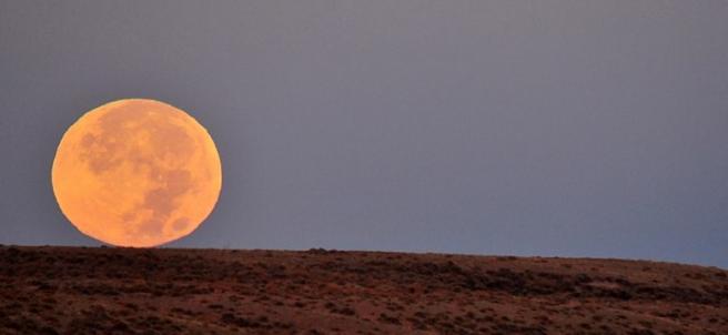 La luna de cazadores vista desde el Refugio Nacional de Vida Silvestre Seedskadee, en Wyoming, EE UU.