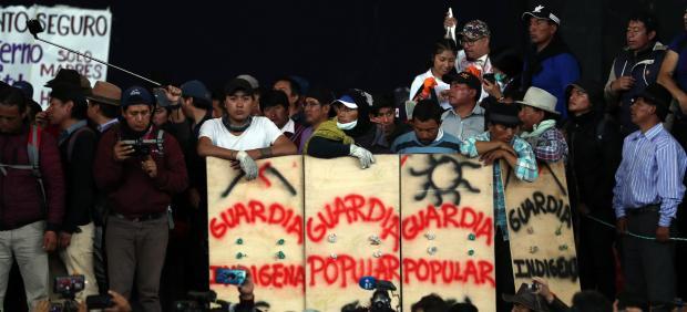 Indígenas participan en una concentración en la Casa de la Cultura de Ecuador en Quito