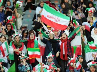 Mujeres en un estadio de fútbol