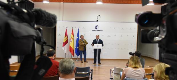 El consejero de Hacienda y Administraciones Públicas, Juan Alfonso Ruiz Molina, en una rueda de prensa junto al presidente de Cecam, Ángel Nicolás.