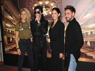 La concejal de Cultura, Matilde Zambudio, con bailarines del show de Michael Jackson