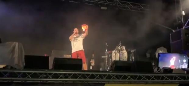 Pablo Hasel quemando una bandera de España