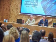 El vicepresidente y consejero de Carreteras, Movilidad e Innovación del Cabildo de Tenerife, Enrique Arriaga, inaugura unas jornadas sobre movilidad sostenible