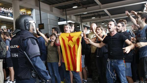 Policía Nacional conteniendo a manifestantes en el aeropuerto de Barcelona