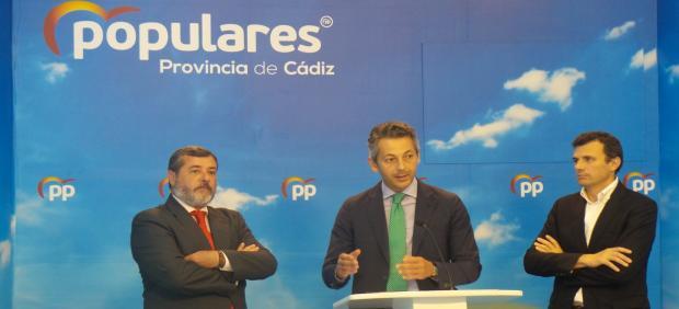 Andrés Núlez, secretario general del PP de Cádiz, con Alfonso Candón y Bruno García