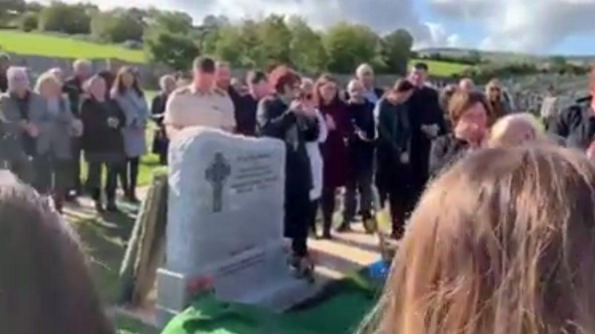 """Un hombre gasta una broma el día de su funeral para que crean que está vivo: """"Déjame salir, ¡está..."""