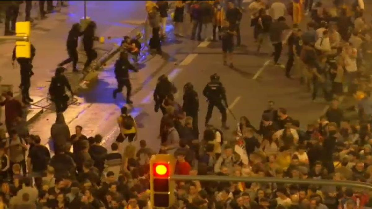 Directo sobre la sentencia del 'procès' | Batalla campal en el aeropuerto de El Prat entre la Policía y los manifestantes
