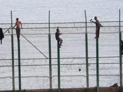 Inmigrantes en la valla fronteriza de Ceuta.