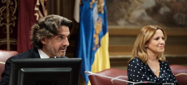 El presidente del Parlamento de Canarias, Gustavo Matos, lee una declaración institucional con motivo del Día Internacional de las Mujeres Rurales
