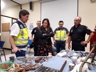 La subdelegada del Gobierno, Catalina Madueño, revisa las piezas intervenidas
