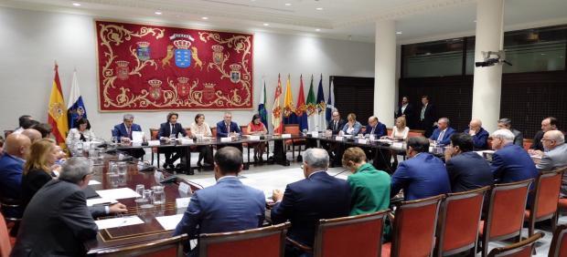 La ministra de Turismo en funciones, Reyes Maroto, preside una reunión sobre Thomas Cook en el Parlamento de Canarias