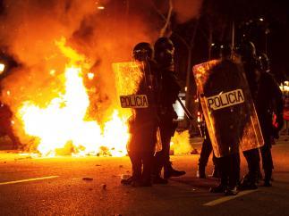 Cargas, barricadas y batalla campal en el segundo día de protestas contra la sentecia del 'procés'