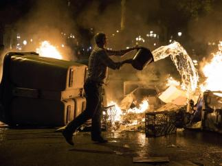 Apagando el fuego de una barricada