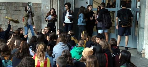 Piquete informativo que el Sindicato de Estudiantes ha organizado al instituto Jaume Balmes de Barcelona