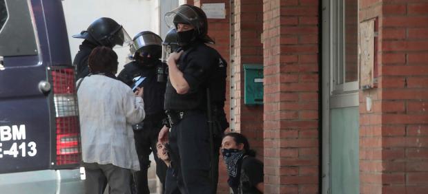 Detienen a dos manifestantes radicales que trataban de impedir un acto de Rivera