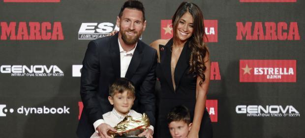 Leo Messi, con su familia tras recibir la Bota de Oro