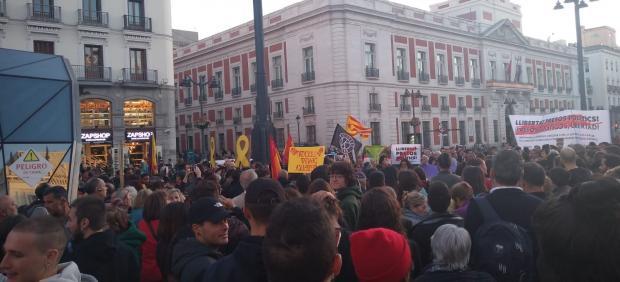 Manifestantes congregados en la Puerta del Sol contra la sentencia del 'procés'