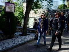 Marta Rivera y la alcaldesa de Olmeda de las Fuentes, Victoria Roldán, paseando este miércoles por la localidad.