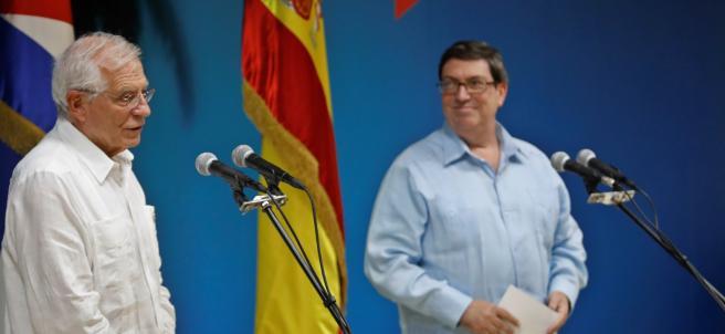 Borrel (izq.) y su homólogo cubano, Bruno Rodríguez, en la conferencia en el Ministerio de Relaciones Exteriores cubano.