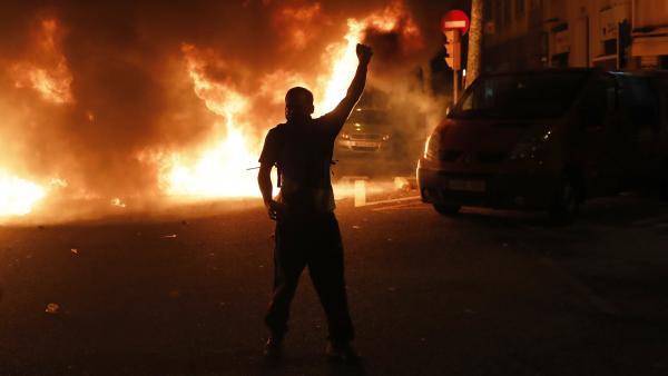 Barricadas de fuego en la Consellería de Interior en Barcelona
