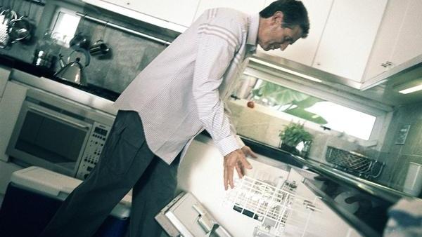 Hombre limpiando