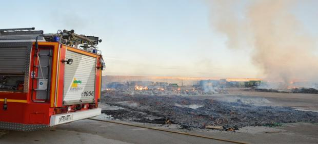 Incendio en el exterior de uan cooperativa en Tomelloso