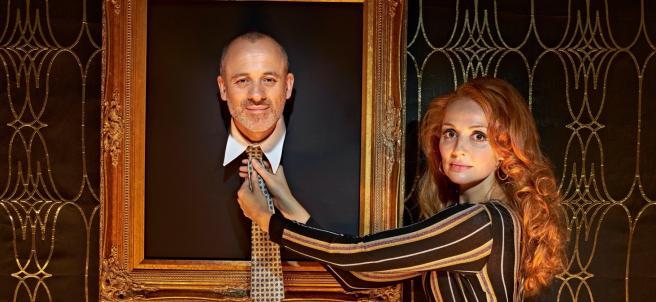 Javier Gutiérrez y Cristina Castaño protagonizan esta versión de '¿Quién es el señor Schmitt?' dirigida por Sergio Peris-Mencheta.