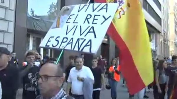"""Insultan a un hombre con una pancarta de """"¡Viva el Rey!"""""""