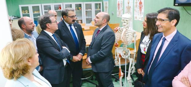 El consejero de Sanidad, Jesús Fernández, en su visita a la Facultad de Medicina