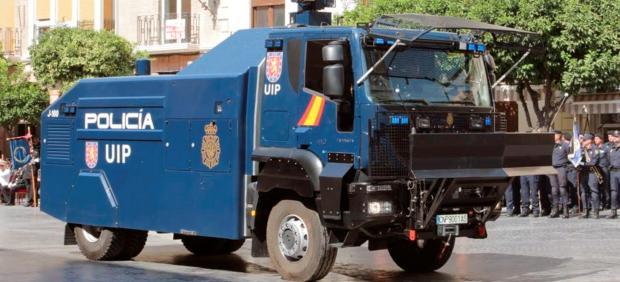 La Policía Nacional desplaza a Barcelona una tanqueta de agua para las protestas.