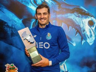Iker Casillas, con el trofeo al mejor portero de la Liga portuguesa