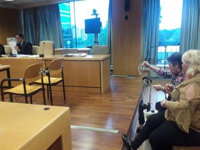 Imagen de la sala de la Audiencia Provincial de Madrid en el que se celebra el segundo juicio sobre un caso de 'bebés robados', con la denunciante Adelina Ibáñez entre el público.