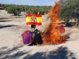 El presidente de Vox en Cazalilla, quemando camisetas del Barça por estar a favor del independentismo, procés
