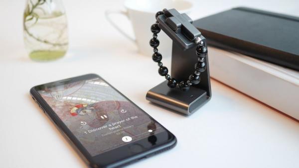 Así es la eRosary, la pulsera inteligente creada por el Vaticano que se activa al santiguarse para rezar el rosario