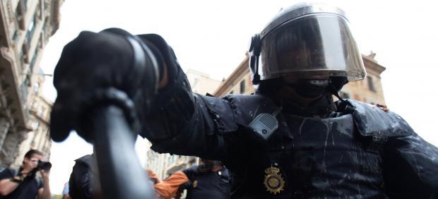 Un antidisturbio, durante las protestas en Barcelona