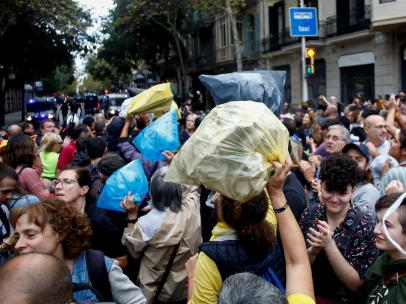 Arrojan bolsas de basura cerca de la Delegación de Gobierno en Barcelona