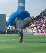 Un paracaidista en el Sassuolo - Inter de Milán