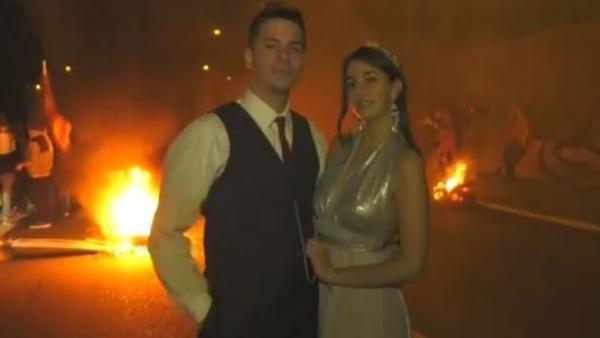 Los CDR vitorean a una pareja de recién casados
