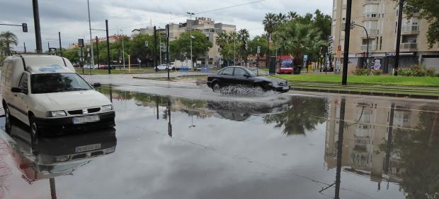 Coche parado en Avenida Juan de Borbón, agua, temporal, DANA, lluvias