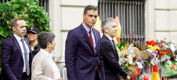 Sánchez, junto a Grande-Marlaska y Cunillera, en la entrada de la Jefatura Superior de Policía de Barcelona.