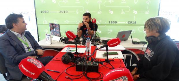 El director del aeropuerto de Fuerteventura, Antonio García Aparicio, es entrevistado en un programa de radio con motivo del 50 aniversario del aeródromo