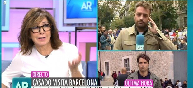 Ana Rosa Quintana responde a un grupo de personas concentradas en Barcelona